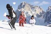 Vacanze in famiglia in inverno: divertimento sci su neve fresca